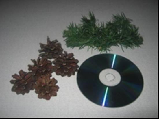 Подсвечник на диске с шишками